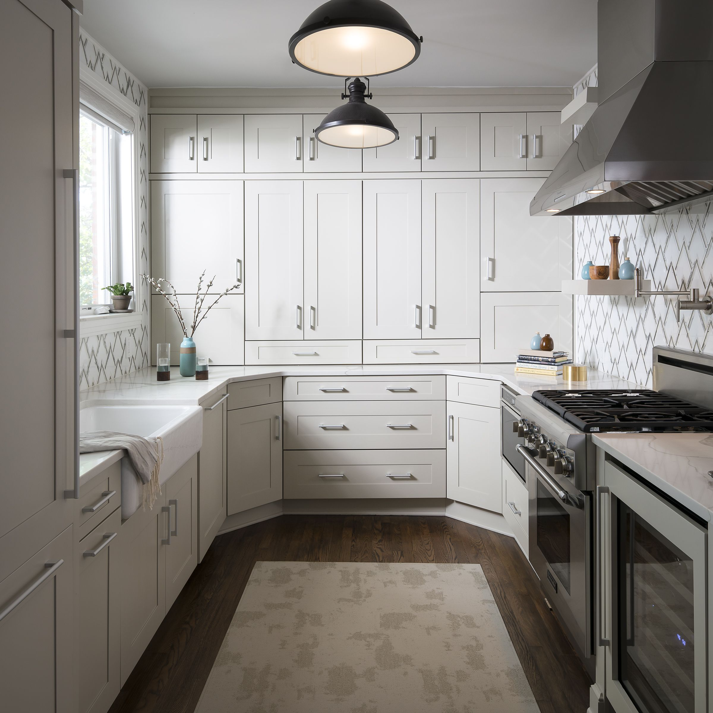 This Beautiful Kitchen Features Ultracraft Cabinetry S Plainview Wide Door Style With Rag And Bone Pa Cabinet Design Off White Kitchens Kitchen And Bath Design