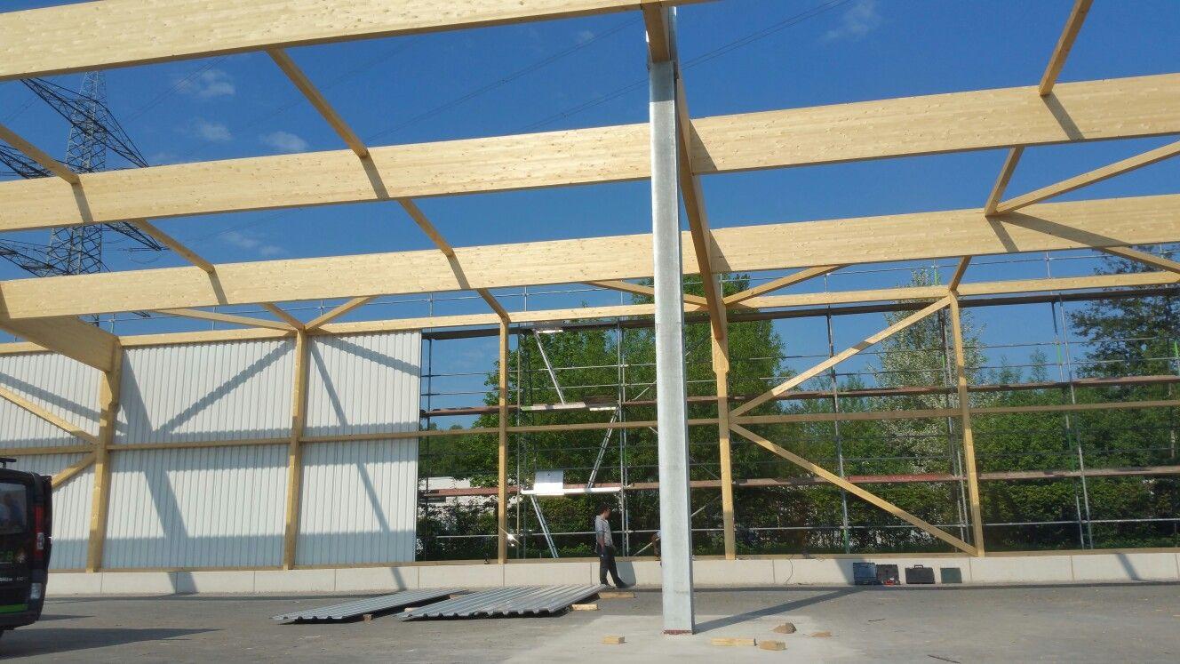 Holzhallenbau - hier Beginn der Montage der Trapezbleche ...