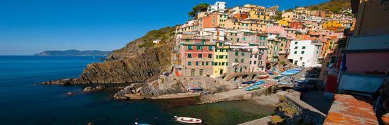 Le Cinque Terre, un chapelet de villages colorés et accrochés aux falaises de la côte Ligure orientale
