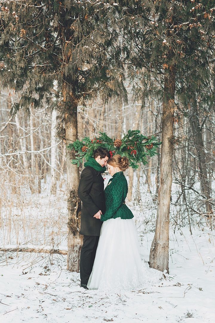 Christmas winter wedding ceremony in snow | fabmood.com #wedding #winterwedding #christmas #christmaswedding