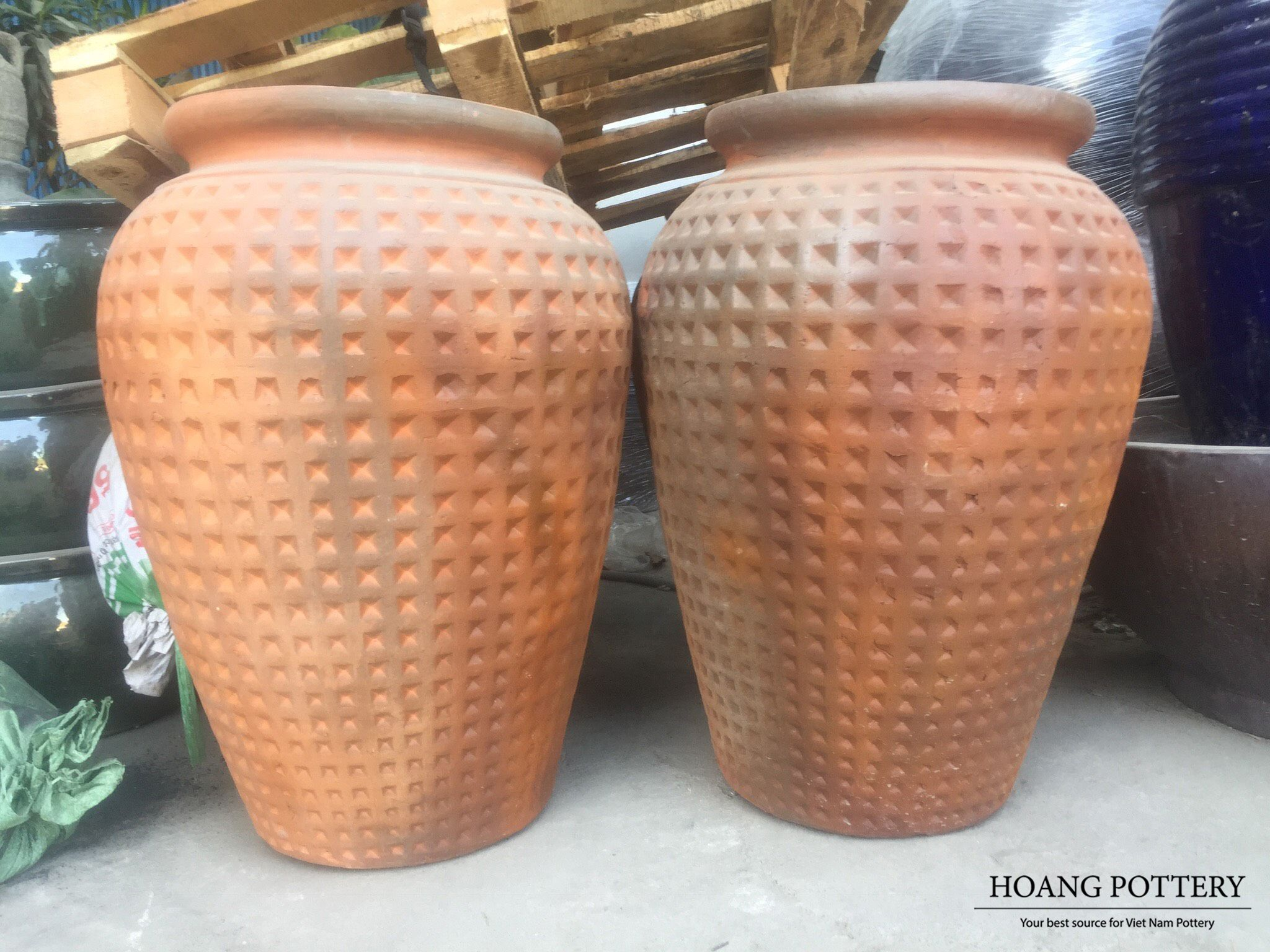 These Are Big Orange Brown Jar Shaped Ceramic Planters With Thick Rims And Concave Diamond Patterns 60cm 60cm 80cm Website Www Hoangpottery Com Hoangpott Trong 2020