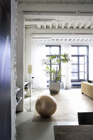 couleur bleu indigo et blanche pour un salon zen et lumineux