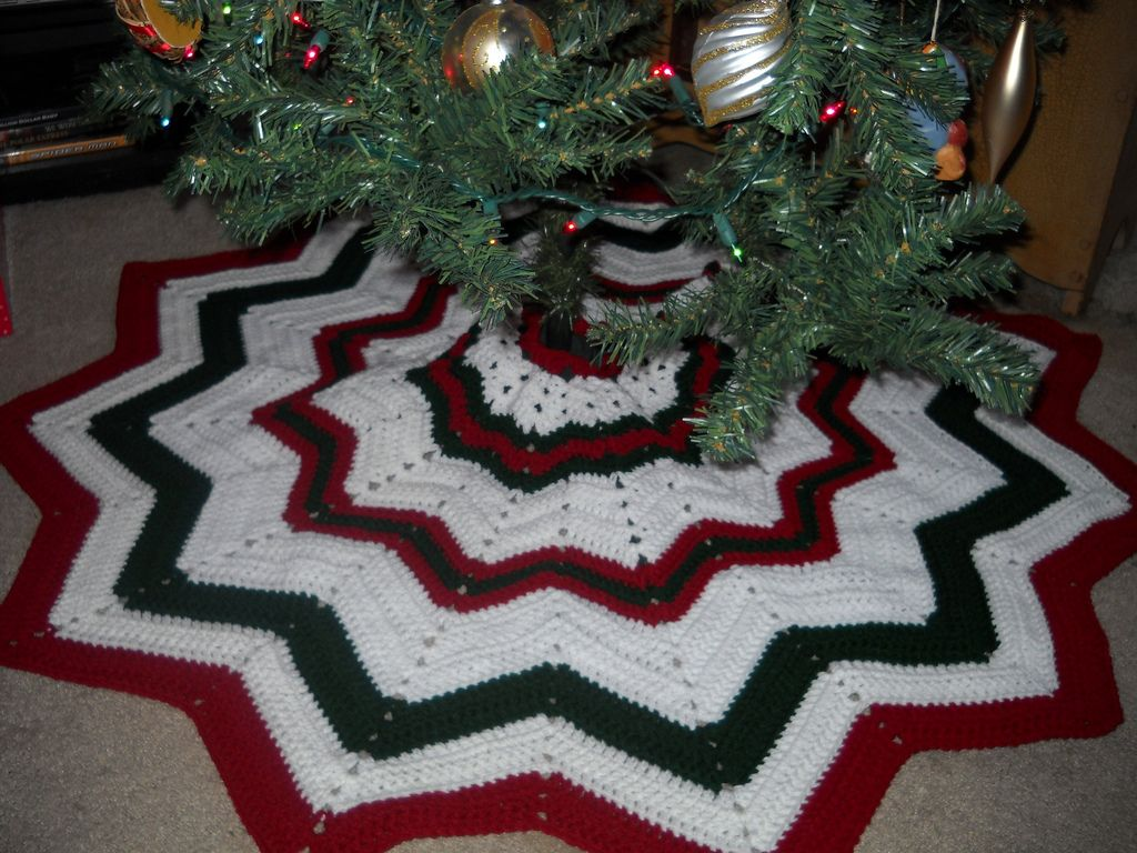 My adventures with yarns colors patterns hooks and all things my adventures with yarns colors patterns hooks and all things crochet christmas tree skirtschristmas bankloansurffo Gallery