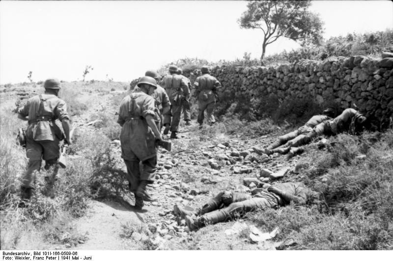 Paracaidistas alemanes pasan junto a soldados muertos de la Commonwealth, Creta, 1941