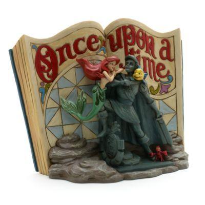 Ecco un autentico soprammobile da fiaba. In questo soprammobile della Sirenetta Disney Traditions, sullo sfondo del libro delle fiabe, Ariel, Flounder e Sebastian nuotano intorno a una statua sommersa.