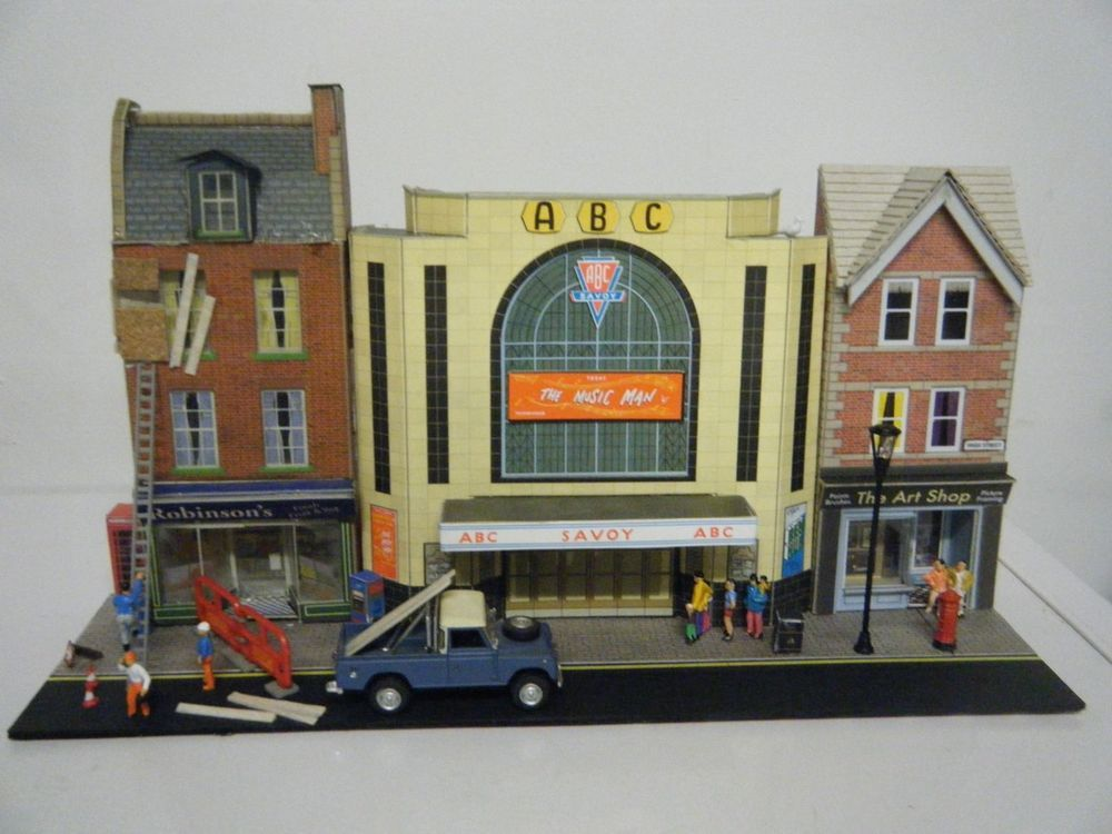 Model Railway 00 Gauge Diorama of Shops & Cinema Superquick | toy