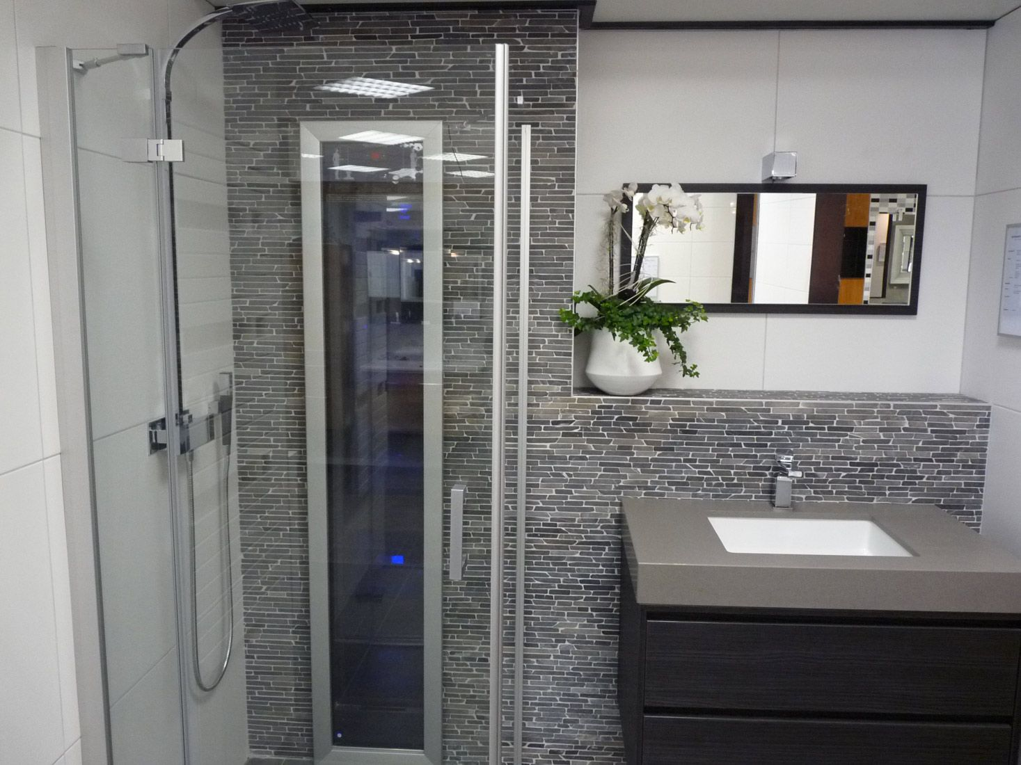 Rivestimento bagno in marmo listelli su rete in marmo muri