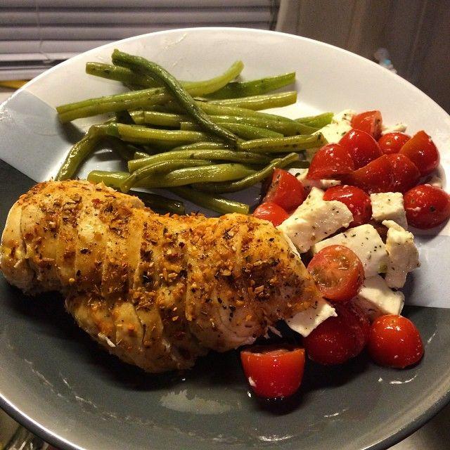 Garlic Herbed Chicken | Green Beans | Fresh Mozzarella and Tomato Salad | ronireino.com