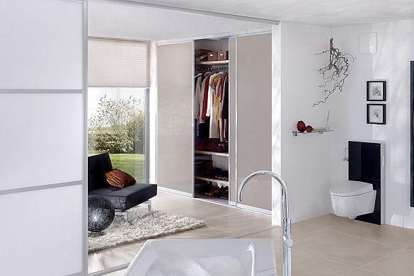 begehbarer kleiderschrank ohne viel platzverlust mit schiebet ren als raumteiler und einem. Black Bedroom Furniture Sets. Home Design Ideas