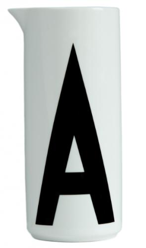 Vannkaraffel i porselen med bokstaven A for Aqua. Typografi designet av Arne Jacobsen i 1937 for Aarhus Rådhus. H 21 x 8,5 cm, 1 liter. Fra Design Letters.