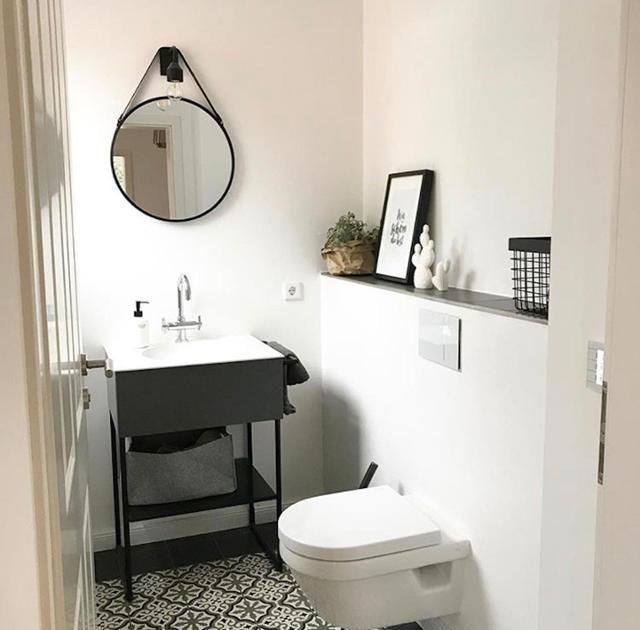 Exceptional Gäste WC Mit Musterfliesen Und Rundem Spiegel, Bilderleiste. #couchstyle  #badezimmer # Amazing Design