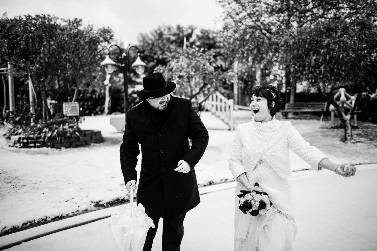 Giocare a palle di neve il giorno del proprio matrimonio non e' da tutti!
