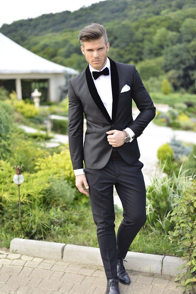 138f5d2329 Sencillo y ajustado traje negro con solapa de terciopelo negro y pajarita  Impresionante!   novio