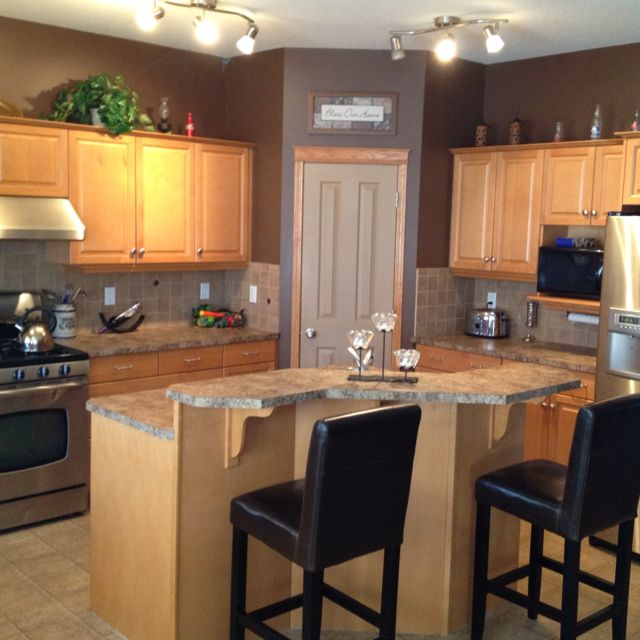 Kitchen Design Brown: Maple Kitchen Cabinets And Wall Color