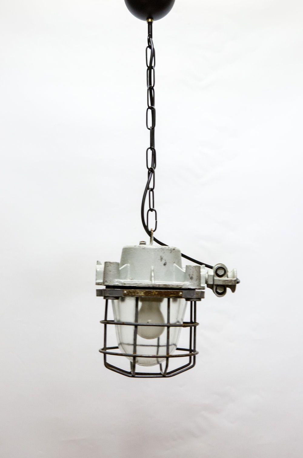 Stoere industriële kooilamp, grijs van kleur. Mooi robuust en beetje vierkant armatuur. De hoogte kun je vrij eenvoudig aanpassen, door wat schakels te verwijderen / toe te voegen.