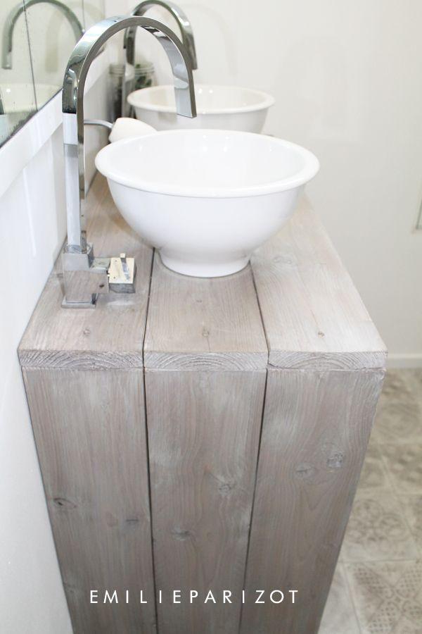 une petite salle de bains tr s astucieuse bathrooms powder rooms pinterest badrum deco. Black Bedroom Furniture Sets. Home Design Ideas