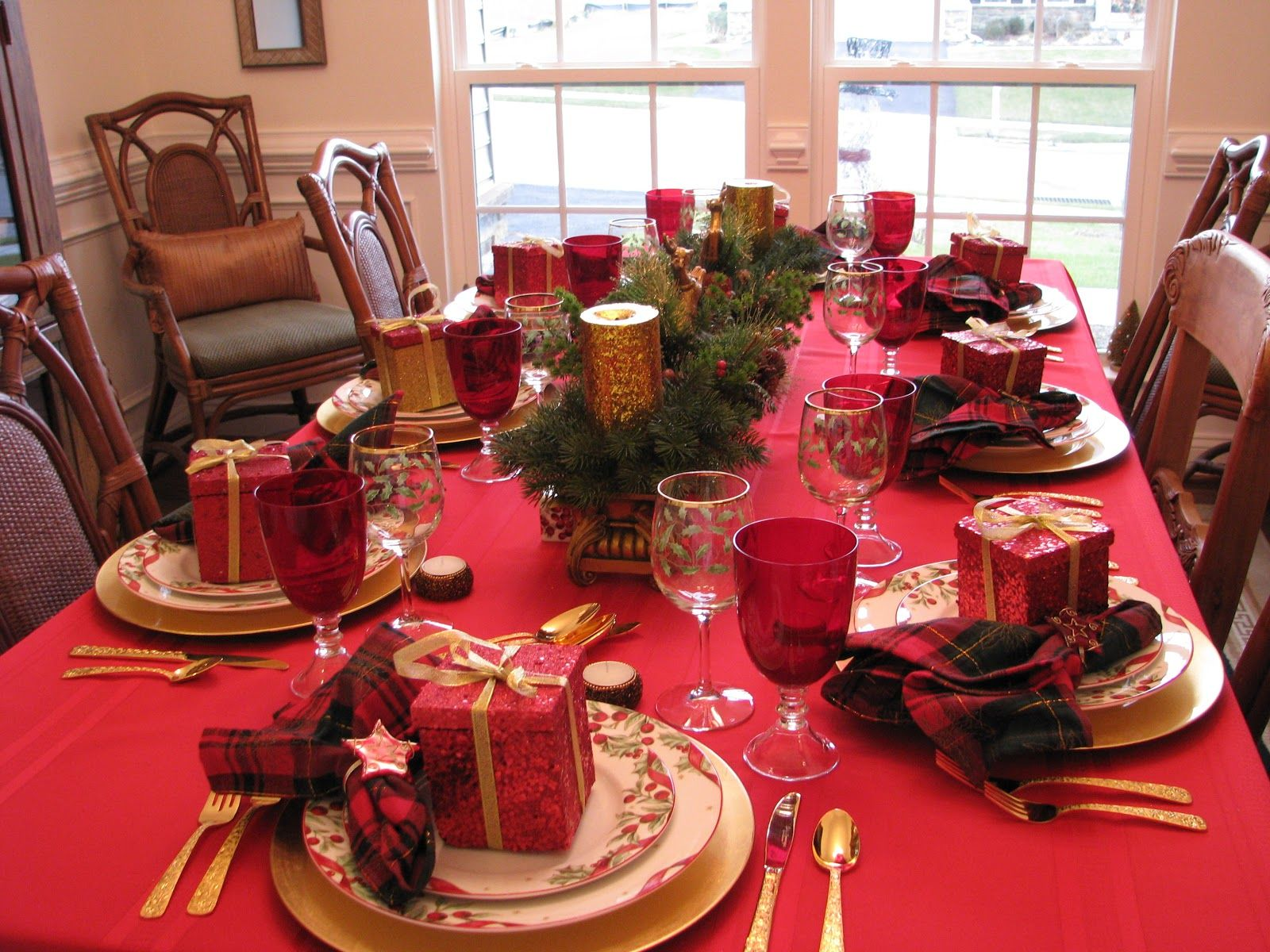 Wonderful Christmas table decoration. Red and gold. & Wonderful Christmas table decoration. Red and gold. | Christmas ...