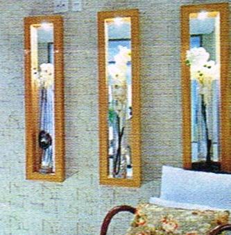 Nicho moldura de madeira sobrepor com espelho ao fundo spot iluminado