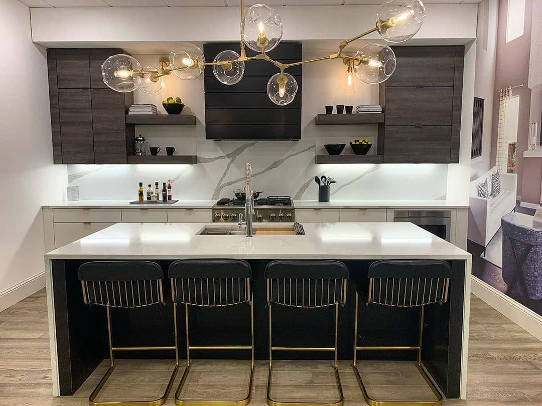 Mainvue Homes On Instagram Dining In Never Looked Quite So Dazzling Mainvuehomes Gou In 2020 Grey Kitchen Cabinets Kitchen Cabinet Design Farmhouse Kitchen Decor