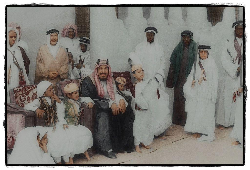 الملك عبدالعزيز آل سعود مع ابنائه ومرافقيه Life In Saudi Arabia Ancient Art King Salman Saudi Arabia