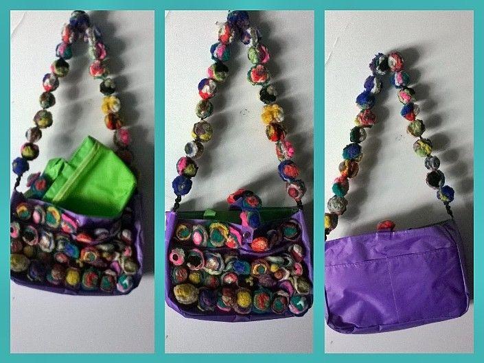 Cartera bolso,  intervenida con pompones de fieltro multicolores.