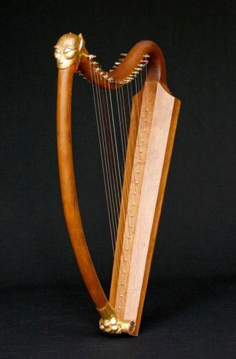Arpa fabricada por el luthier Francisco Luengo, tomando como modelo las del Pórtico de la Gloria De Santiago de Compostela