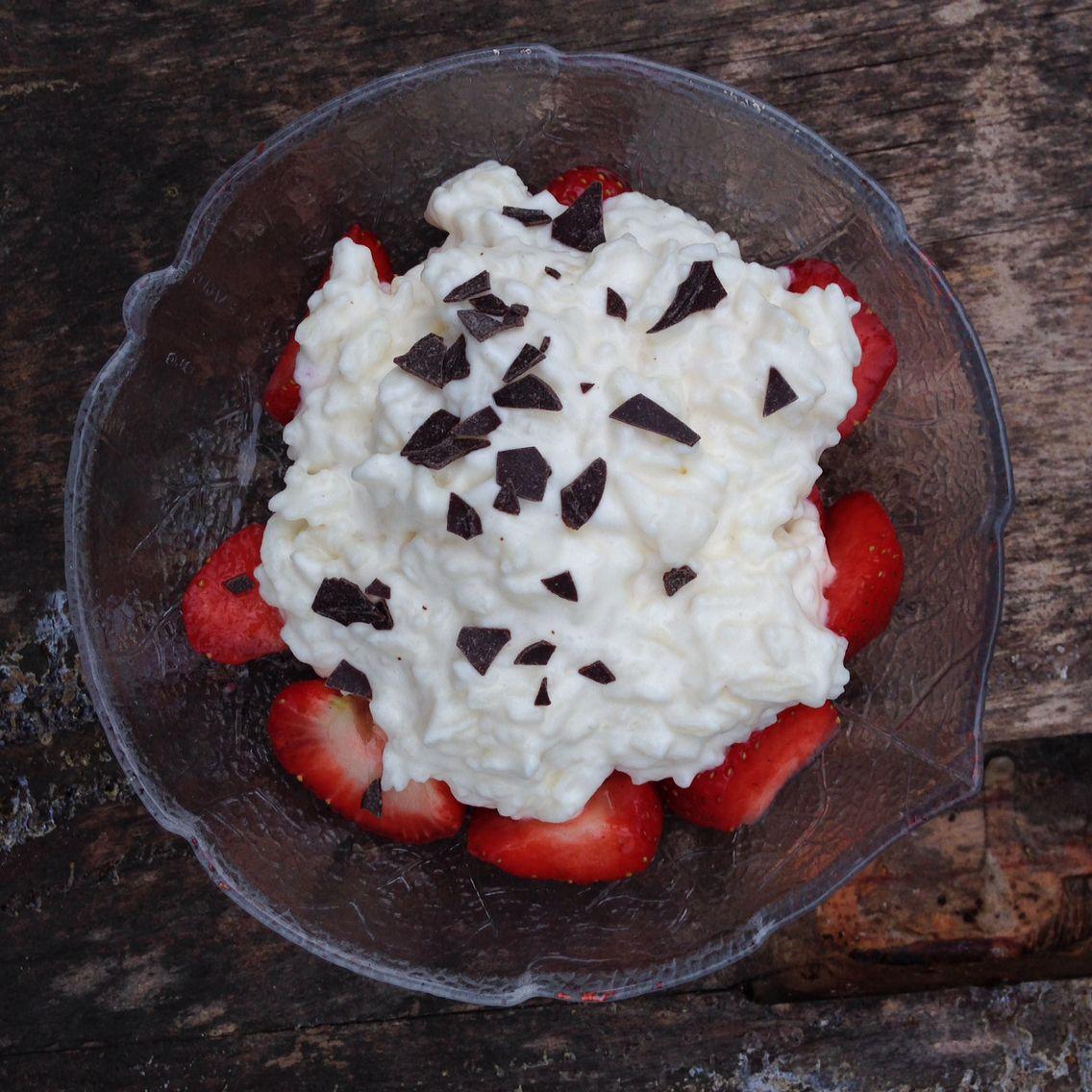 Erdbeeren unter Reispudding mit Schokostreuseln