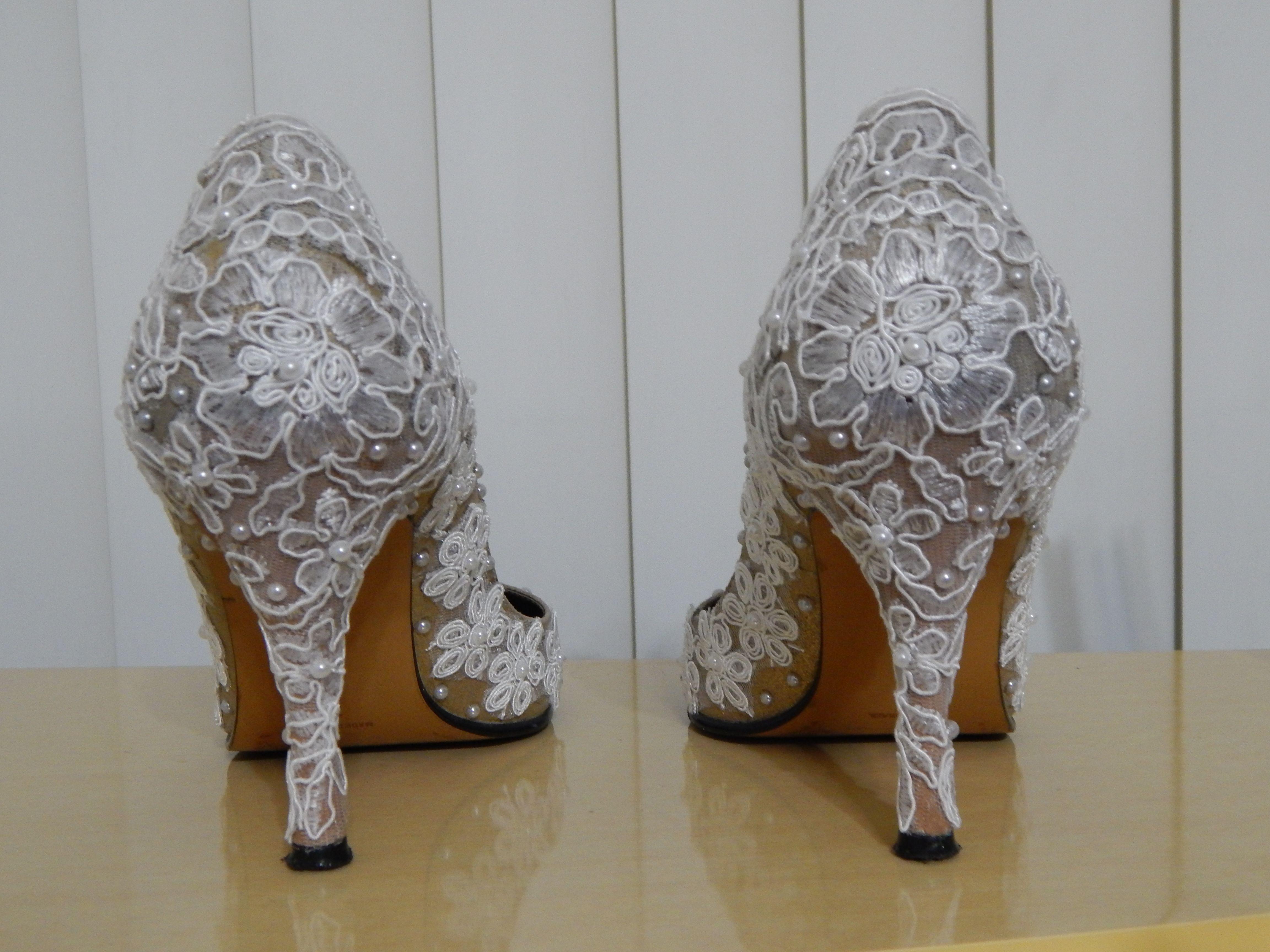 9f01c2bc4 Sapatos customizados com renda de guipir e pérolas pela Ornamental Bijoux  Noivas. Sapatos Personalizados,
