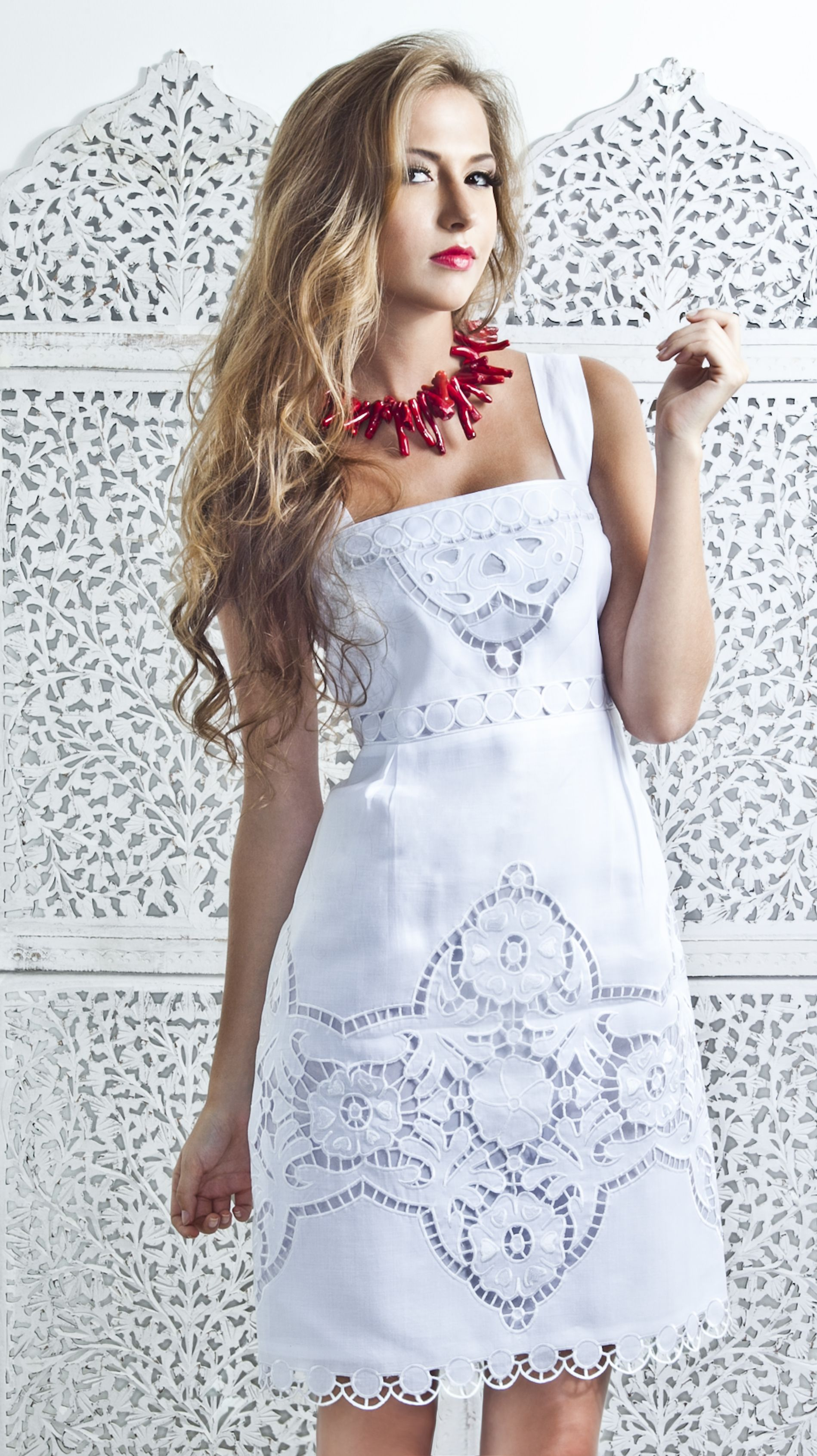 Vestido blanco con encajes Es muy fresco para usar en diferentes
