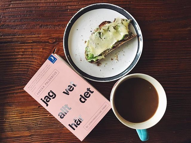 Breakfast #goals 👌🏼 If you're Swedish, here is a good read btw! 👆🏼 And if you haven't tried cheese on your avocado sandwich you should really try that too! 😍 avokado ost smörgås surdegsbröd