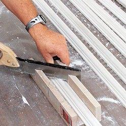 Comment Fixer Des Moulures Aux Murs En 2020 Moulures De Couronnement Moulure Murale Et Moulure Mur
