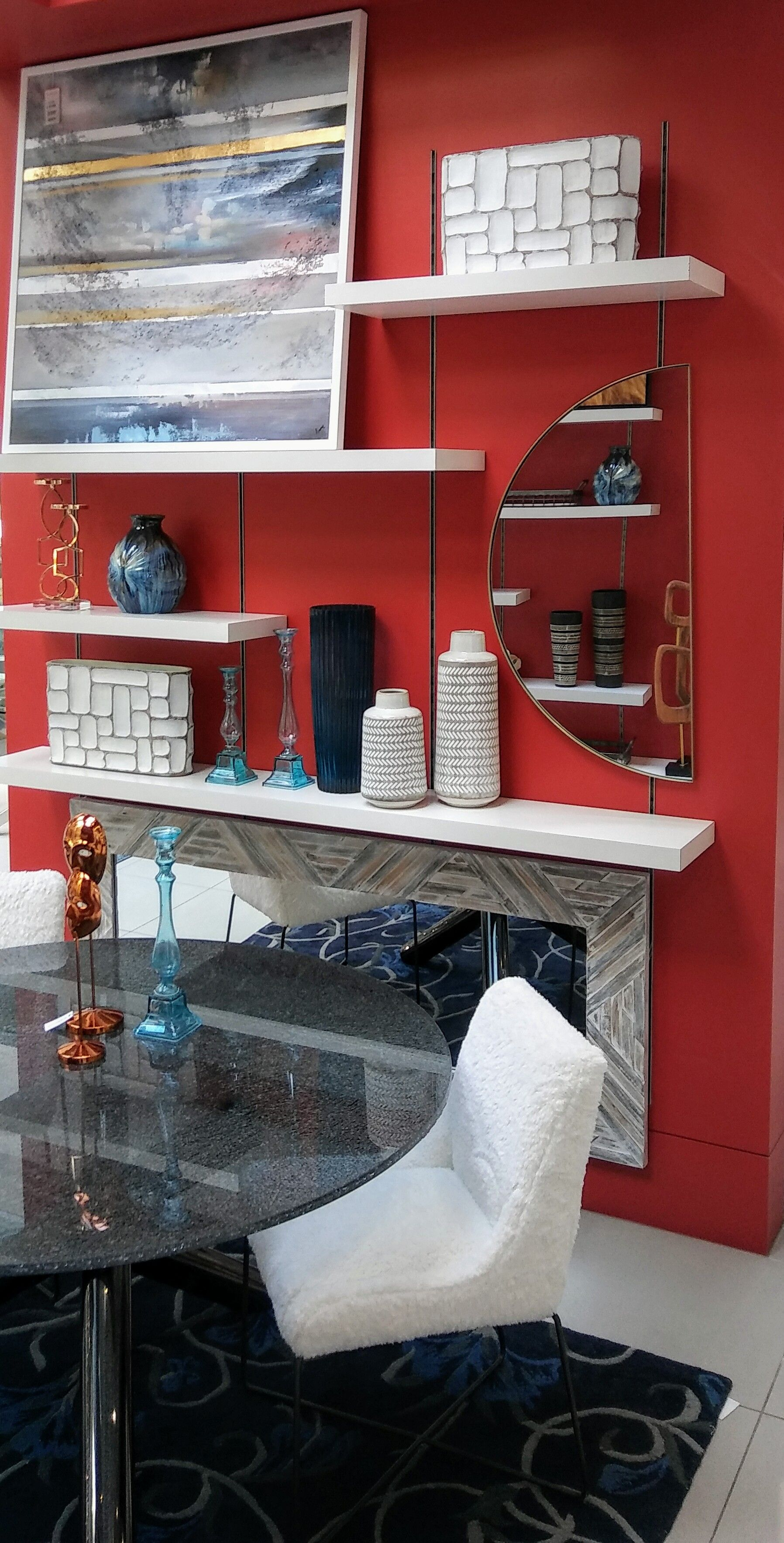 Mur Accent Rouge Et Decorations Blanches Decoration Blanc Mobilier De Salon Decoration