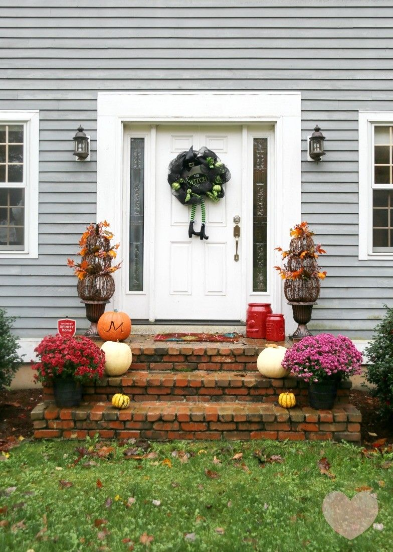 Check out this festive fall front door idea- a mix of fall and - Front Door Halloween Decoration Ideas
