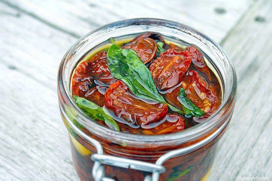 Onder het motto 'zelfgemaakt is altijd beter' ben ik aan de slag gegaan om mijn eigen ovengedroogde tomaatjes te maken en dat bleek echt super simpel te z