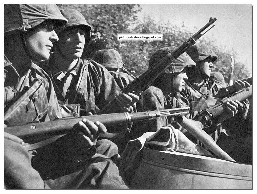 Soldados da SS em um caminhão na frente ocidental em 1940. Eles carregam a questão Wehrmacht standard, K98k Mauser rifles
