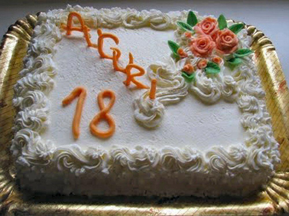 Decorazioni Torte Salate : Torta di compleanno con decorazioni in cioccolato plastico