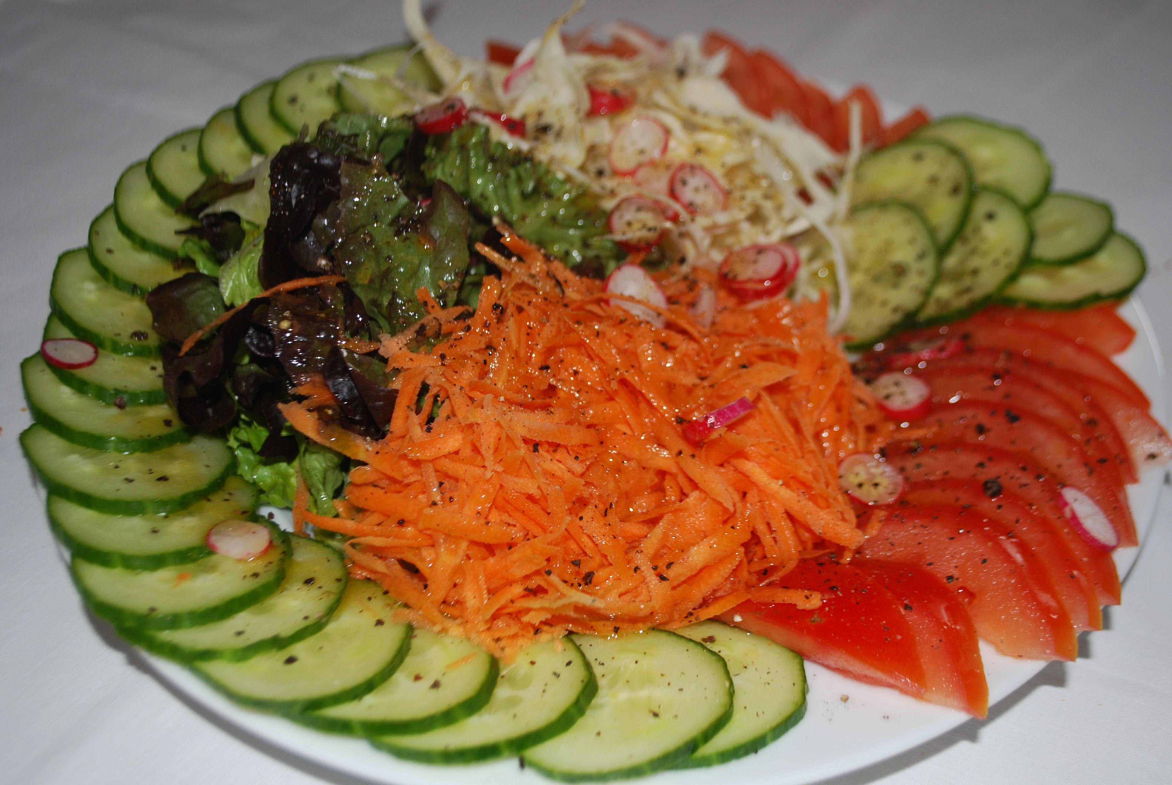 Assiette de crudit s compos e de carottes tomates chou blanc salade verte pinterest - Salade verte composee ...