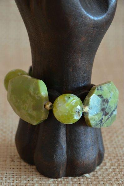 Pulsera de ágatas y jaspe en tonos verdes. Lleva entrepiezas de plata chapada en oro y el cierre es en forma de S, de plata chapada en oro.