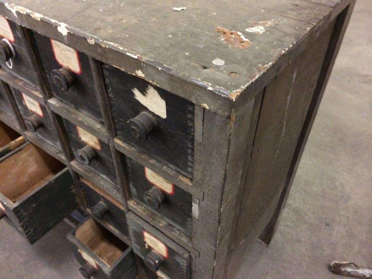 Jaren 30 houten onderdelenkastje uit USA. Mooi klein model. Afm 54x32x60 hoog prijs Eur 225,-