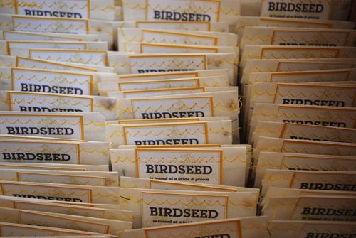 DIY for the birds, with downloadable template (birdseed and rice). Print the labels, fill glassine or celofane bags with the birdseed, then sew and easy zig-zag stitch on a sewing machine to hold the bag closed and attach the label. - PDFs saved. X