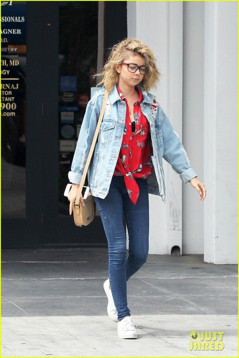 Sarah Hyland Was Really Loving All Those Covfefe Jokes Sarah Hyland Curly Hair Eye Doctor 01 Photo Cool Outfits Celebrity Style Celebrity Street Style