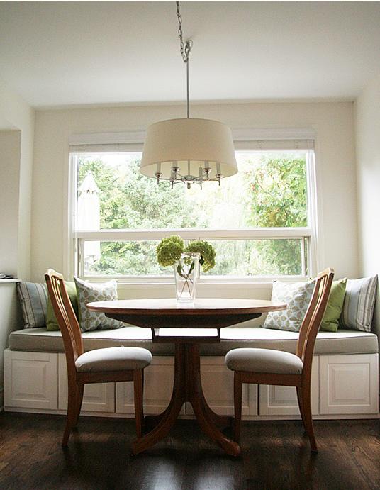 Amazing DIY window seat. http://aubreyandlindsay.blogspot.com/2009/11/making-seating-bench-in-kitchen.html