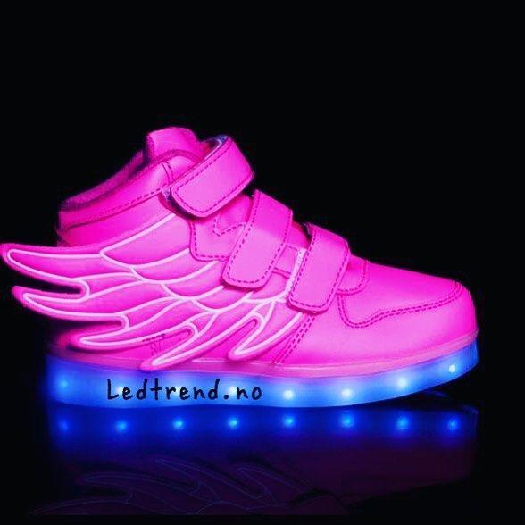 Fint å lyse opp veien med de her i mørket. Følg hun med de rosa skoene .. #ledtrend #rosa #rosasko #pink #pinkshoes #dragonfly #pink #pinkday #sko #skomodel #skomote