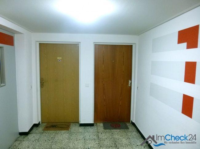 Das Wohnzimmer verfügt über eine helle Fensterfront und bildet das Mittelstück der Wohnung.