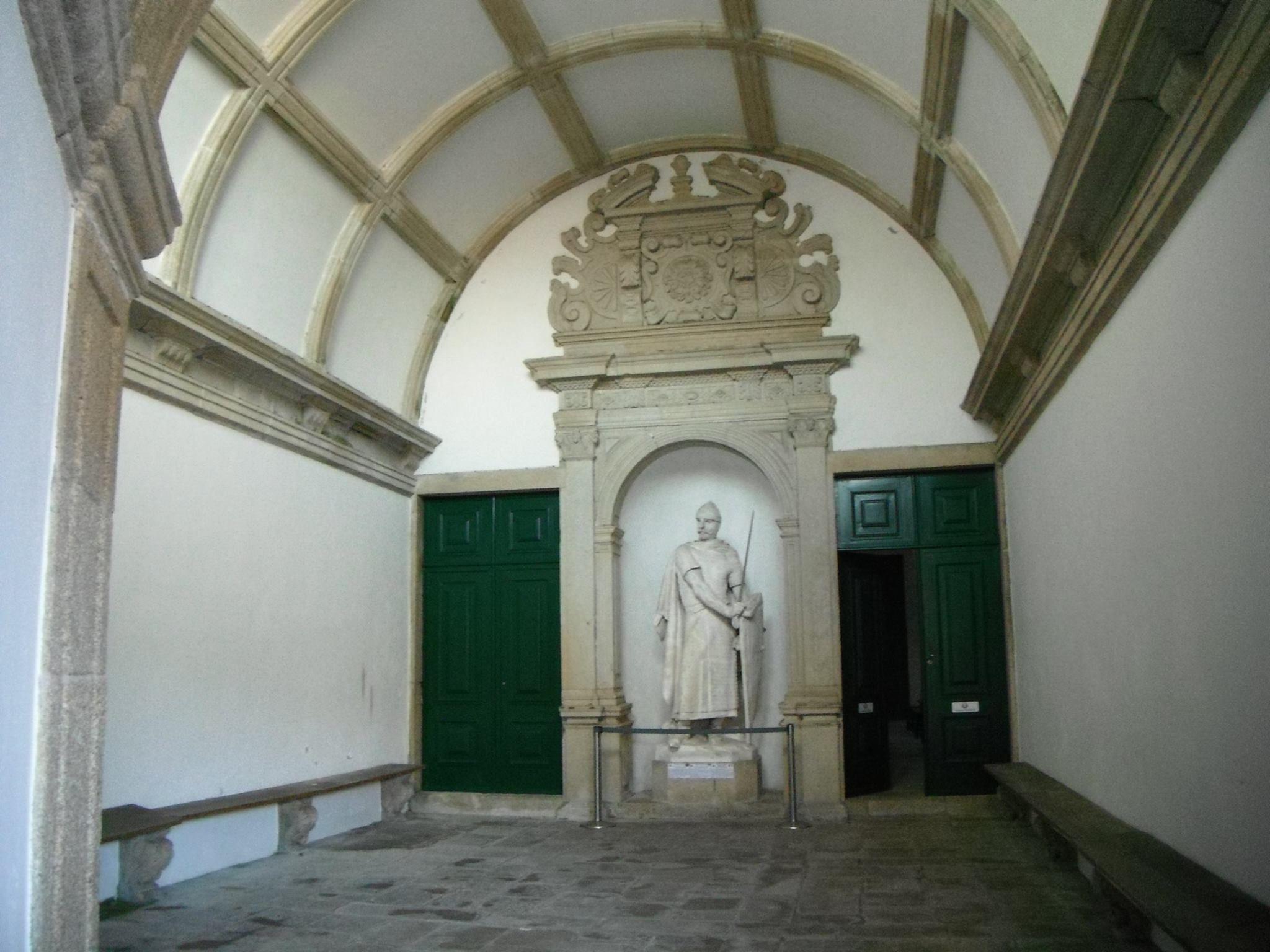 Mosteiro da Serra do Pilar Estátua de D. Afonso Henriques