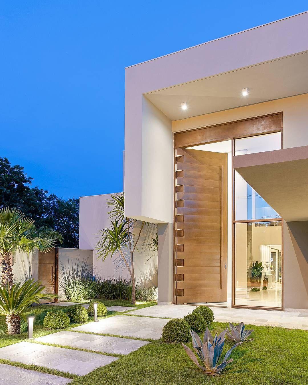 Fachada de casa contempor nea com porta painel de madeira for Casa contemporanea