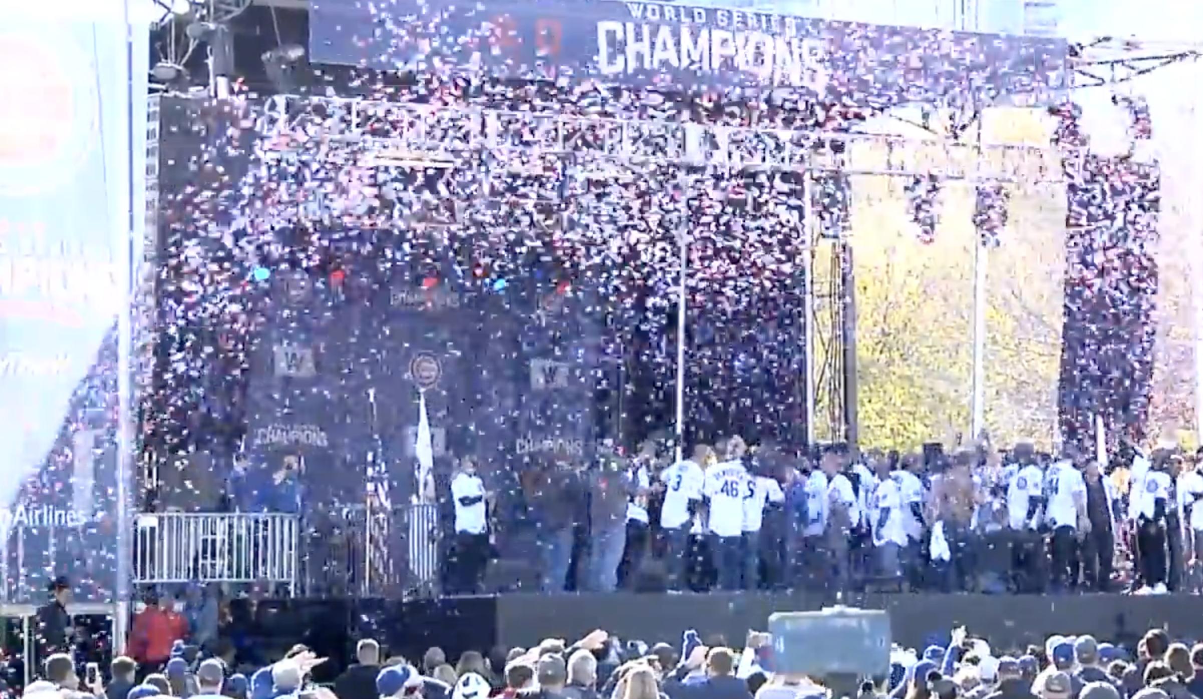 Mas imágenes de Los Cachorros  celebrando entre millones de seguidores en Chicago