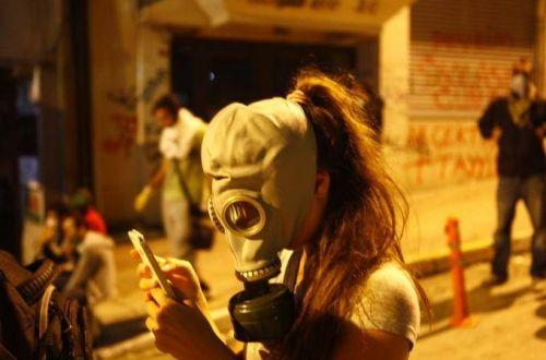 FLASHES DA TURQUIA E A CRIATIVIDADE DOS PROTESTOS - O retrato da menina com máscara de gás usando o celular rodou as redes sociais