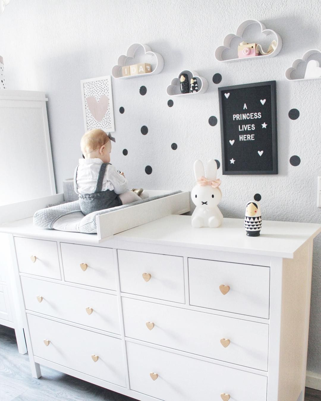 ein traumhaft sch nes kinderzimmer mit der ikea hemnes kommode als wickeltisch die m belkn pfe. Black Bedroom Furniture Sets. Home Design Ideas