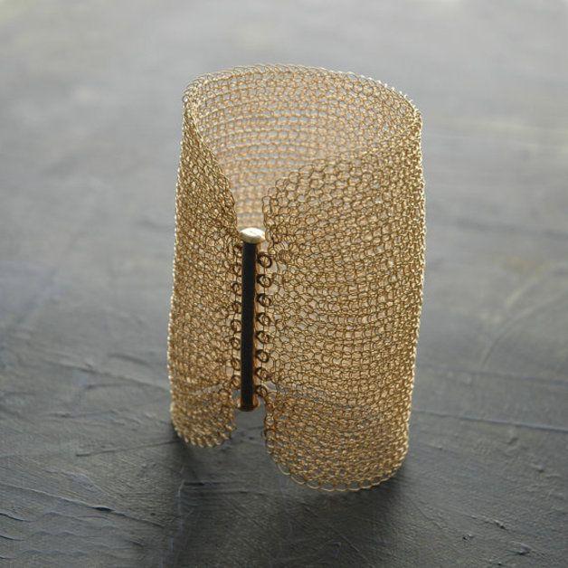 Ein tolles gehäkeltes Armband aus 14 Karat gold filled  Draht gehäkelt.Das Armband ist 8cm breit und 17cm lang wird aber für Ihre Größe angefertigt. Dieses beeindruckende Stück ist gleichzeitig...